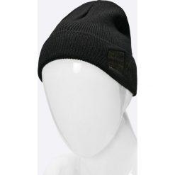 Guess Jeans - Czapka. Czarne czapki zimowe męskie Guess Jeans, na zimę, z aplikacjami, z dzianiny. W wyprzedaży za 79,90 zł.
