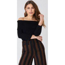 NA-KD Sweter z lekkiej dzianiny z odkrytymi ramionami - Black. Szare swetry klasyczne damskie marki NA-KD, z bawełny, z podwyższonym stanem. Za 52,95 zł.