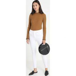 Abercrombie & Fitch SIMONE Jeans Skinny Fit white. Białe jeansy damskie relaxed fit Abercrombie & Fitch, z bawełny. Za 369,00 zł.