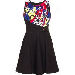 Sukienka. Czarne sukienki balowe marki Simple, z klasycznym kołnierzykiem, rozkloszowane. Za 180,00 zł.