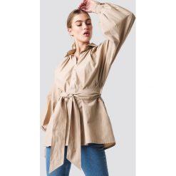 NA-KD Trend Koszula z bufiastym rękawem - Beige. Brązowe koszule wiązane damskie marki NA-KD Trend, w paski. Za 161,95 zł.