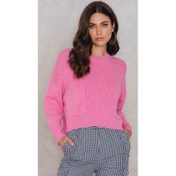 Swetry klasyczne damskie: NA-KD Sweter z dzianiny z kieszeniami z przodu – Pink