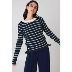 Rut&Circle Sweter ze sznurowaniem Idun - Blue,Multicolor. Zielone swetry klasyczne damskie marki Rut&Circle, z dzianiny, z okrągłym kołnierzem. Za 121,95 zł.