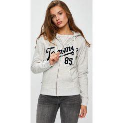 Tommy Jeans - Bluza. Szare bluzy z kapturem damskie marki Tommy Jeans, l, z dzianiny, z podwyższonym stanem, dopasowane. W wyprzedaży za 319,90 zł.