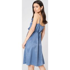 Rut&Circle Sukienka z falbanką Hanna - Blue. Niebieskie sukienki z falbanami Rut&Circle, z poliesteru, z kopertowym dekoltem, kopertowe. Za 161,95 zł.