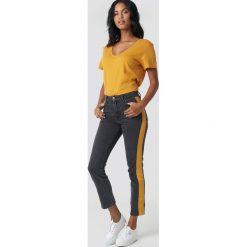 NA-KD Jeansy z szerokim paskiem - Grey. Szare jeansy damskie NA-KD, w kolorowe wzory, z jeansu. Za 202,95 zł.
