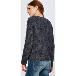 Guess Jeans - Sweter. Szare swetry klasyczne damskie marki Guess Jeans, na co dzień, l, z aplikacjami, z bawełny, casualowe, z okrągłym kołnierzem, mini, dopasowane. Za 399,90 zł.