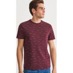 T-shirt z nadrukiem - Bordowy. Czerwone t-shirty męskie z nadrukiem Reserved, m. Za 49,99 zł.