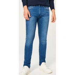Jeansy slim fit - Niebieski. Niebieskie jeansy męskie relaxed fit marki Reserved. Za 89,99 zł.