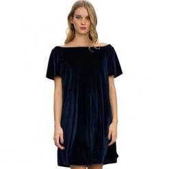 Sukienka w kolorze granatowym. Niebieskie sukienki marki Almatrichi, s, z dekoltem w łódkę, midi, proste. W wyprzedaży za 149,95 zł.