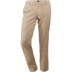 BOSS CASUAL Chinosy light pastel / brown. Brązowe chinosy męskie marki BOSS Casual, z bawełny. W wyprzedaży za 356,15 zł.