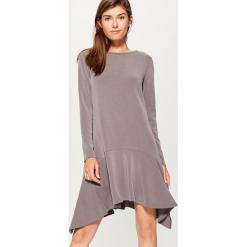 Sukienka z asymetryczną falbaną - Szary. Szare sukienki asymetryczne marki Mohito, l, z asymetrycznym kołnierzem. W wyprzedaży za 79,99 zł.