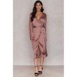 Długie sukienki: Hannalicious x NA-KD Kimonowa sukienka - Pink