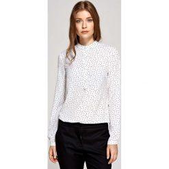Koszulowa Bluzka Polo z Niską Stójką - Wzór Ecru. Białe bluzki asymetryczne Molly.pl, l, z jeansu, z koszulowym kołnierzykiem. Za 121,90 zł.