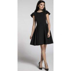 Czarna Rozkloszowana Sukienka z Rękawkiem Typu Motylek. Czarne sukienki balowe marki Molly.pl, na spotkanie biznesowe, l, z tkaniny, z dekoltem na plecach, dopasowane. W wyprzedaży za 148,71 zł.