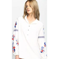 Biała Koszula Hot Trend. Białe koszule damskie marki Born2be, s, w kwiaty, ze stójką, z długim rękawem. Za 74,99 zł.