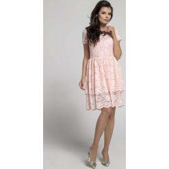 Jasnoróżowa  Elegancka Sukienka Koronkowa z Falbanką. Czerwone sukienki balowe Molly.pl, na spotkanie biznesowe, l, w koronkowe wzory, z koronki, z falbankami, z krótkim rękawem, mini, dopasowane. Za 149,90 zł.