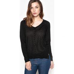 Swetry klasyczne damskie: Sweter z dekoltem w serek z fantazyjnym splotem