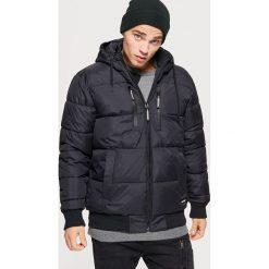 Pikowana kurtka na zimę - Czarny. Czarne kurtki męskie pikowane marki Cropp, na zimę, l. Za 249,99 zł.