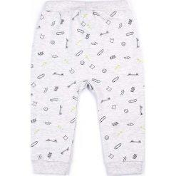 Coccodrillo - Spodnie dziecięce 62-86 cm. Białe spodnie chłopięce marki COCCODRILLO, m, z bawełny, z okrągłym kołnierzem. Za 49,90 zł.