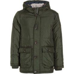 Outburst ANORAK Kurtka zimowa oliv/marine. Zielone kurtki chłopięce przeciwdeszczowe Outburst, na zimę, z materiału, marine. W wyprzedaży za 207,20 zł.