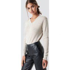 Rut&Circle Sweter z dekoltem V Erica - Beige. Brązowe swetry klasyczne damskie Rut&Circle, dekolt w kształcie v. Za 121,95 zł.