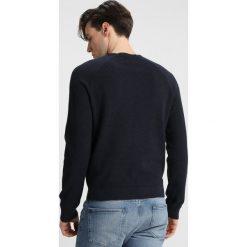 Original Penguin MINI TEXTURE CREW Sweter dark sapphire heather. Niebieskie swetry klasyczne męskie Original Penguin, m, z bawełny. Za 359,00 zł.