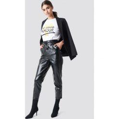 NA-KD Trend Spodnie z lakierowanej sztucznej skóry z wiązaniem - Black. Białe spodnie z wysokim stanem marki NA-KD Trend, z nadrukiem, z jersey, z okrągłym kołnierzem. Za 242,95 zł.