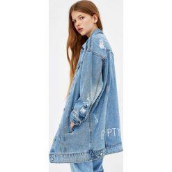 Kurtki i płaszcze damskie: Długa kurtka jeansowa z przetarciami