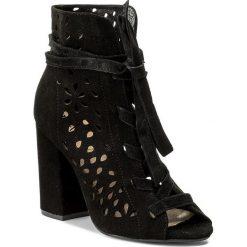 Botki CARINII - B4154 063-000-000-C00. Czarne buty zimowe damskie Carinii, ze skóry, na obcasie. W wyprzedaży za 199,00 zł.