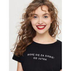 T-shirt z napisem - Czarny. Czarne t-shirty damskie marki Sinsay, l, z napisami. Za 19,99 zł.