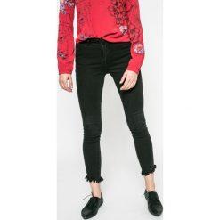 Vila - Jeansy Junas. Czarne jeansy damskie rurki marki Vila, z bawełny. W wyprzedaży za 119,90 zł.