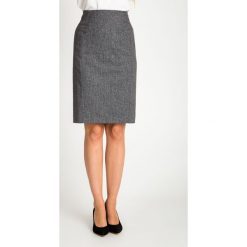 Szara ołówkowa spódnica do kolan QUIOSQUE. Szare spódnice wieczorowe QUIOSQUE, z tkaniny, midi, koszulowe. W wyprzedaży za 99,99 zł.