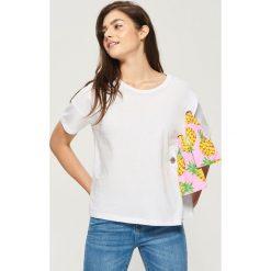 T-shirty damskie: T-shirt z kolorową aplikacją – Biały