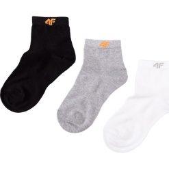 Skarpetki (3 pary) dla dużych chłopców JSOM402 - czarny+biały+szary. Białe buty sportowe chłopięce marki 4F JUNIOR, z bawełny. Za 34,99 zł.