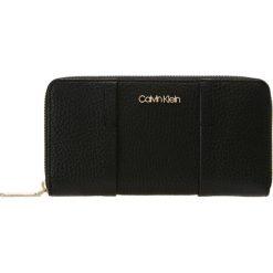 Calvin Klein CITY LARGE ZIP AROUND Portfel black. Czarne portfele damskie marki Calvin Klein. Za 449,00 zł.