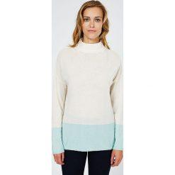 Swetry klasyczne damskie: Kaszmirowy sweter w kolorze biało-turkusowym