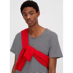 Koszulka w paski. Szare t-shirty męskie marki Pull & Bear, okrągłe. Za 29,90 zł.