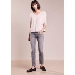 7 for all mankind PYPER CROPPED Jeansy Straight Leg slim illusion dawn. Szare jeansy damskie 7 for all mankind. W wyprzedaży za 603,85 zł.