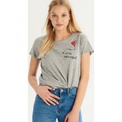 T-shirt z aplikacją na kieszeni - Jasny szar. Szare t-shirty damskie Sinsay, l, z aplikacjami. Za 19,99 zł.