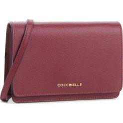 Torebka COCCINELLE - CV3 Mini Bag E5 CV3 55 D6 05 Grape R04. Czerwone listonoszki damskie Coccinelle, ze skóry, na ramię. W wyprzedaży za 589,00 zł.