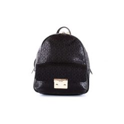 Plecaki Guess  HWSG7110310. Czarne plecaki damskie marki Guess, z aplikacjami. Za 524,33 zł.