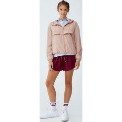 Kurtka typu kangur z kapturem. Czerwone kurtki damskie marki Pull&Bear, z kapturem. Za 89,90 zł.
