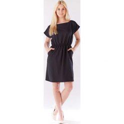 Czarna Sukienka z Gumkami w Talii z Kimonowym Rękawkiem. Niebieskie sukienki dzianinowe marki bonprix, na spacer, na lato, w koronkowe wzory, dopasowane. Za 119,90 zł.