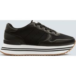 Modne czarne buty sportowe na platformie. Czarne buty sportowe damskie marki Pull&Bear, na obcasie. Za 139,00 zł.