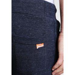 Superdry ORANGE LABEL MOODY SLIM Spodnie treningowe ravine blue grit. Niebieskie spodnie dresowe męskie Superdry, z bawełny. Za 279,00 zł.