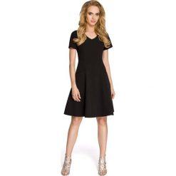 Rozkloszowana Czarna Sukienka z Cięciami Modelującymi. Czarne sukienki balowe marki Molly.pl, l, z tkaniny, dekolt w kształcie v, z krótkim rękawem, midi, rozkloszowane. Za 115,90 zł.