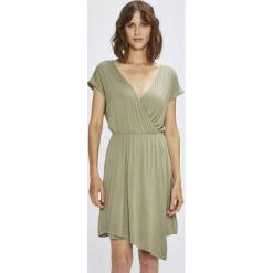 Answear - Sukienka. Szare sukienki asymetryczne ANSWEAR, na co dzień, l, z dzianiny, casualowe, z asymetrycznym kołnierzem, mini. W wyprzedaży za 49,90 zł.
