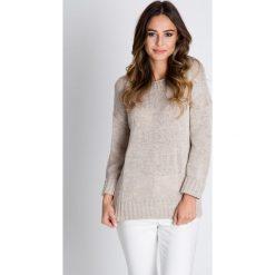 Swetry klasyczne damskie: Beżowy sweter z długim rękawem BIALCON