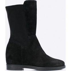 Bayla - Botki. Czarne buty zimowe damskie marki Bayla, z materiału, z okrągłym noskiem, na koturnie. W wyprzedaży za 219,90 zł.
